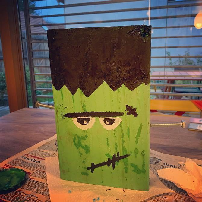Un vieux bout de planche, 2 vieilles vis et hop, un Frankenstein pour notre déco d'Halloween #DIY #Halloween