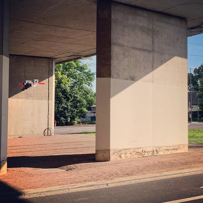 Tiens, une cigogne passe sous le pont #Strasbourg #streetart by @stork_pixelart